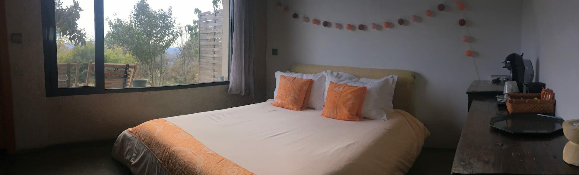 habitacion 1 cama mueble vistas